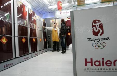 A salesperson recommends a refrigerator to a customer at a Haier store in Shanghai January 24, 2008. REUTERS/Aly Song