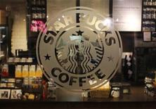 La chaîne de cafétérias Starbucks a annoncé dimanche qu'elle ouvrirait l'an prochain son premier établissement en Colombie, l'un des principaux producteurs d'arabica, d'où le groupe américain importe des graines de café depuis plus de 40 ans. /Photo prise le 25 juin 2013/REUTERS/Brendan McDermid