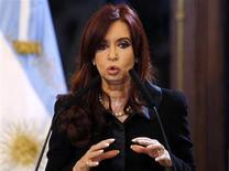 La présidente argentine Cristina Fernandez a proposé lundi un échange de dette volontaire à ses créanciers internationaux, qui conduirait à ce que les sommes dues leur soient payées dans le pays si sa condamnation en appel par la justice américaine, à rembourser plus d'un milliard de dollars à des prêteurs réfractaires, ne peut pas être annulée. /Photo d'archives/REUTERS/Marcos Brindicci