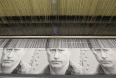 Ткань для гобеленов с изображением Владимира Путина в процессе производства на фабрике Узор в Вырице 6 февраля 2012 года. Минэкономразвития РФ официально представило новый макропрогноз на 2013-16 годы, который не позволит выполнить президентские указы, реализации которых во чтобы то ни стало требовал Владимир Путин. REUTERS/Alexander Demianchuk