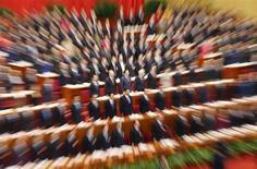 Líder do Partido Comunista chinês, Xi Jinping, e delegados se levantam para ouvir o hino nacional durante o encerramento de uma conferência política em Pequim. Os líderes do Partido Comunista chinês vão realizar uma reunião-chave em novembro para discutir um aprofundamento das reformas no país, informou a agência de notícias oficial Xinhua nesta terça-feira. 12/03/2013. REUTERS/Kim Kyung-Hoon