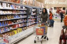 La confiance du consommateur a augmenté contre toute attente en août aux Etats-Unis, avec des ménages plus optimistes sur les perspectives économiques et le marché du travail. /Photo d'archives/REUTERS/Suzanne Plunkett