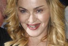 La cantante estadounidense Madonna a la salida del gimnasio Hard Candy en Roma, ago 21 2013. La diva del pop Madonna, de 55 años, es la celebridad con más ingresos en el mundo, de acuerdo a lista de Forbes publicada el lunes, al haber ganado un estimado de 125 millones de dólares en el último año, mayormente a partir de su gira MDNA, pero ayudada por ventas de ropa, fragancias y accesorios. REUTERS/Remo Casilli