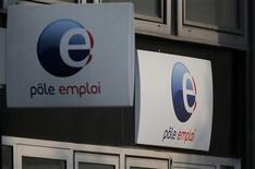 Le chômage a poursuivi sa hausse en juillet en France mais à un rythme nettement plus faible que début 2013 grâce notamment à un nouveau recul, pour le troisième mois consécutif, du nombre de jeunes inscrits à Pôle emploi. Selon les chiffres publiés mardi par le ministère du Travail, le nombre de demandeurs d'emploi de catégorie A (sans emploi) a augmenté de 0,2% le mois dernier, pour atteindre 3.285.700, un nouveau record, en France métropolitaine. /Photo prise le 27 août 2013/REUTERS/Christian Hartmann