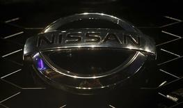 """El logo de la firma Nissan en un noveo modelo de su vehículo deportivo """"Terrano"""" en Mumbai, ago 20 2013. La compañía Nissan Motor Co Ltd anunció que estará lista para lanzar al mercado vehículos que puedan prescindir de un conductor el 2020. REUTERS/Danish Siddiqui"""