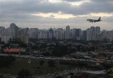 Aeronave prepara-se para aterrisar no Aeroporto de Congonhas, São Paulo. O governo federal deve elevar a quantidade de slots para as empresas aéreas regulares no aeroporto de Congonhas (São Paulo), sem reduzir o espaço destinado à aviação executiva, disse nesta terça-feira à Reuters uma fonte do governo a par das discussões. REUTERS/Paulo Whitaker 6/03/2012