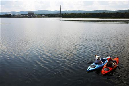 Kayakers paddle in the Connecticut River from Hinsdale, New Hampshire, in front of the Vermont Yankee nuclear power plant in Vernon, Vermont August 27, 2013. REUTERS/Brian Snyder