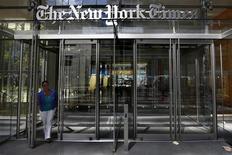Una mujer sale del edificio de diario New York Times en Nueva York. 14 de agosto, 2013. REUTERS/Brendan McDermid (ESTADOS UNIDOS - NEGOCIOS MEDIOS)