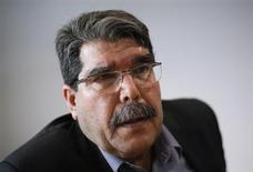8月26日、シリアで化学兵器が使用された問題をめぐって西側諸国がアサド政権の関与を疑う中、同国最大のクルド人組織「民主統一党」のサレハ・ムスリム代表は、「アサド大統領はそれほど愚かではない」と述べ、政権の関与に懐疑的な見方を示した。ベルリンで4月撮影(2013年 ロイター/Wolfgang Rattay)