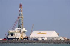 Буровая установка на участке Кашаганского месторождения в Каспийском море 11 октября 2012 года. Крупнейшая экономика Центральной Азии - Казахстан ждет роста ВВП на 6,0-7,1 процента в год до 2018 года, хочет нарастить добычу нефти и вложить, в том числе в инфраструктурные проекты, порядка $1 миллиарда денег, накопленных в Нацфонде. REUTERS/Robin Paxton