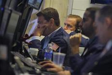 Трейдеры на Нью-Йоркской фондовой бирже 26 августа 2013 года. Уолл-стрит во вторник пережила худший день с июня на фоне роста геополитической неопределенности по поводу возможного военного удара Запада по силам сирийского президента Башара Асада. REUTERS/Brendan McDermid