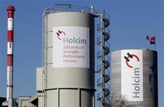 Le cimentier helvétique Holcim a annoncé plusieurs transactions avec son concurrent mexicain Cemex en vue d'optimiser son portefeuille stratégique en Europe et d'accroître son bénéfice opérationnel d'au moins 20 millions d'euros. /Photo d'archives/REUTERS/Christian Hartmann