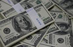Пачки стодолларовых купюр в банке в Сеуле 2 августа 2013 года. Доллар поднялся с минимума двух недель к иене и вырос к швейцарскому франку в среду, поскольку трейдеры посчитали его наиболее надежной валютой на фоне возможных военных действий Запада против Сирии. REUTERS/Kim Hong-Ji