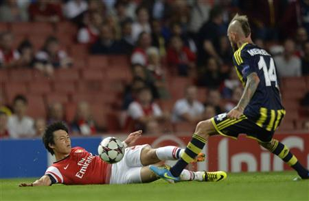 Arsenal's Ryo Miyaichi (L) is challenged by Fenerbahce's Raul Meireles during their Champions League soccer match at the Emirates Stadium in London August 27, 2013. REUTERS/Toby Melville