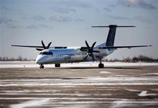 Самолет Bombardier Q400 Porter Airlines в Торонто 23 февраля 2009 года. Концерн Ростех будет выбирать из Bombardier и EADS партнера для сборки турбовинтовых самолетов в России, сообщил журналистам глава российского концерна Сергей Чемезов. REUTERS/Mark Blinch