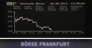 График с динамикой индекса DAX на Франкфуртской фондовой бирже 28 августа 2013 года. Скачок цен на нефть, вызванный конфликтом в Сирии, ударил по акциям авиакомпаний в среду, что привело к снижению европейских рынков третий день подряд, однако поддержало нефтяные компании, такие, как Statoil и BG Group. REUTERS/Remote/Stringer