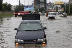Автомобили на затопленной улице в Хабаровске 23 августа 2013 года. REUTERS/Yuri Zolotaryov