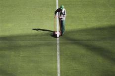Trabalhador acerta o gramado do Estádio Nacional Mané Garrincha, em Brasília, antes da Copa das Confederações. 06/06/2013 REUTERS/Ueslei Marcelino