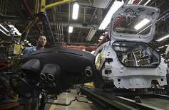 Imagen de archivo de unos empleados en la planta de ensamblaje de vehículos de la firma Ford en Sao Bernardo do Campo, Brasil, ago 13 2013. La economía brasileña se recupera gradualmente de un frenazo que comenzó a mediados del 2011, pero para estimular el crecimiento son necesarios más esfuerzos para aumentar la productividad, la competitividad y las inversiones, dijo el miércoles el Fondo Monetario Internacional (FMI). REUTERS/Nacho Doce