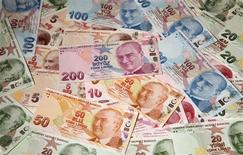 Turkish lira banknotes are seen in this picture illustration taken in Istanbul October 18, 2011. REUTERS/Murad Sezer