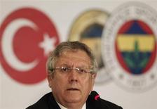 Presidente do time de futebol Fenerbahçe, Aziz Yildirim, é visto durante uma coletiva de imprensa em Istambul, na Turquia. O time turco não poderá disputar a Liga Europa nesta temporada devido à decisão da Corte Arbitral do Esporte (CAS) de manter uma suspensão de dois anos por um escândalo de manipulação de resultado, nesta quarta-feira. 27/06/2013 REUTERS/Osman Orsal