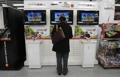 """Nintendo va lancer en Amérique du Nord et en Europe pour les fêtes de fin d'année une nouvelle console de jeu vidéo portable, la """"2DS"""", qui sera moins chère que la 3DS actuelle. /Photo prise le 23 avril 2013/REUTERS/Toru Hanai"""