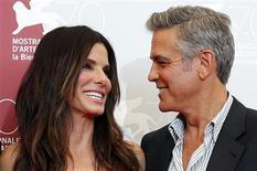 """Los actores George Clooney y Sandra Bullock posan para una fotografía en el Festival de Cine de Venecia, ago 28 2010. El Festival de Cine de Venecia tuvo un inicio explosivo el miércoles con el estreno de la película sobre el espacio en 3D """"Gravity"""", en la que George Clooney y Sandra Bullock son dos astronautas en peligro por el lanzamiento de un misil ruso que sale mal. REUTERS/Alessandro Bianchi"""