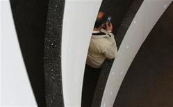 Neelie Kroes, la commissaire européenne aux télécommunications, a renoncé à un projet qui aurait réduit les frais d'itinérance de 90% au plus, montre un document de la Commission européenne dont Reuters a eu connaissance. /Photo d'archives/REUTERS/Christian Hartmann