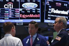 Traders au New York Stock Exchange. Wall Street a terminé en hausse mercredi, portée par les valeurs de l'énergie qui ont profité elles-mêmes de la hausse des cours péroliers, alors que la perspective d'une intervention occidentale armée en Syrie se précise. Le Dow Jones a gagné 0,33%, le S&P-500 0,27% et le Nasdaq Composite 0,41%. /Photo prise le 28 août 2013/REUTERS/Brendan McDermid