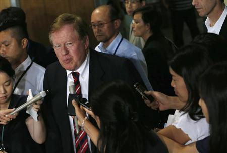 Robert King (C), U.S. special envoy for North Korean human rights issues, is surrounded by reporters after a meeting with Japan's Minister-in-Charge of the Abduction Issue and head of the national public safety commission Keiji Furuya (not in picture) in Tokyo August 28, 2013. REUTERS/Issei Kato