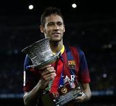 O atacante Neymar comemora título do Barcelona na Supercopa da Espanha nesta quarta-feira. REUTERS/Juan Medina