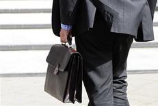 Le nombre de déclarations d'embauche de plus d'un mois dans les secteurs marchands, hors intérim, a augmenté de 3,6% en juillet, portant à 1,6% la hausse sur trois mois, selon les chiffres publiés jeudi par l'Agence centrale des organismes de sécurité sociale (Acoss). A fin juillet, la baisse de ces déclarations sur un an s'établit à 3,6%. /Photo d'archives/REUTERS/Toby Melville