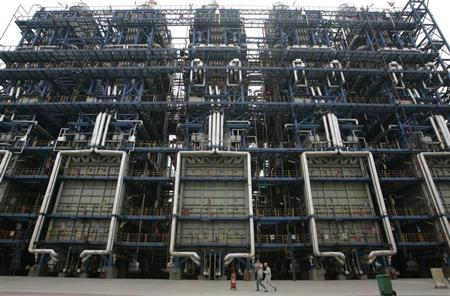 Workers walk inside China National Petroleum Corporation (CNPC) Lanzhou Chemical Company in Lanzhou, capital of northwest China's Gansu province April 27, 2007. REUTERS/Jason Lee
