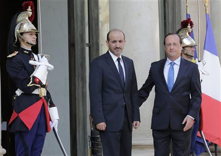 French President Francois Hollande (R) welcomes Ahmad Jarba (C), head of the opposition Syrian National Coalition, at the Elysee Palace in Paris, August 29, 2013. REUTERS/Jacky Naegelen