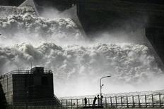 Потоки воды на Саяно-Шушенской ГЭС, 22 августа 2013 года. Крупнейшая в РФ гидрогенерирующая госкомпания Русгидро в первом полугодии 2013 года увеличила скорректированную на неденежные статьи чистую прибыль на 38 процентов на фоне роста производства и цен, обогнав прогноз. REUTERS/Ilya Naymushin