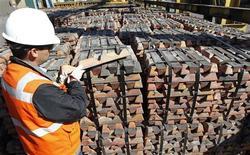 Imagen de archivo de un trabajador con un cargamento de cobre en la refinería Ventanas de la minera estatal codelco en Ventanas, Chile, abr 16 2012. El sólido desempeño de la minería y el consumo en Chile habrían impulsado el crecimiento económico en julio a su mejor nivel desde principios de año, lo que restaría fuerza a las expectativas de un posible relajamiento de la política monetaria en el corto plazo. REUTERS/Eliseo Fernandez