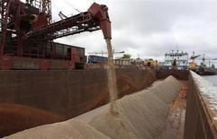 Отходы из калийной шахты загружаются в порту в Пермском крае, 25 августа 2013 года. Белорусский калийный гигант Беларуськалий, рассорившийся с бывшим партнером по калийному картелю Уралкалием, сообщил в пятницу, что остановил два своих рудника из четырех. REUTERS/Sergei Karpukhin