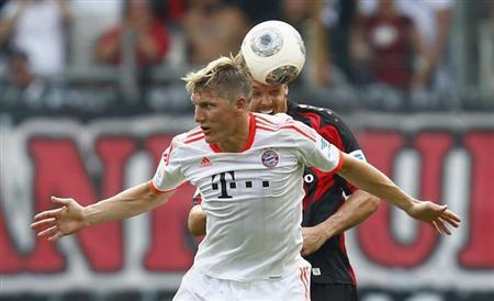 Bastian Schweinsteiger (L) of Bayern Munich challenges Alexander Meier of Eintracht Frankfurt during their German first division Bundesliga soccer match in Frankfurt, August 17, 2013. REUTERS/Ralph Orlowski
