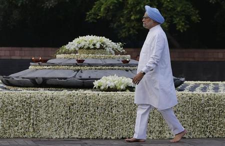 Prime Minister Manmohan Singh walks at the memorial of the former prime minister Rajiv Gandhi on the occasion of the former prime minister's 69th birth anniversary, in New Delhi August 20, 2013. REUTERS/Adnan Abidi