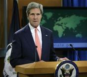 El secretario de Estado de Estados Unidos, John Kerry, durante una conferencia de prensa para informar la postura de Estados Unidos sobre la situación en Siria en el Departamento de Estado en Washington, ago 26 2013. Las acciones en Nueva York ampliaban sus bajas el viernes, mientras que el oro recortaba sus pérdidas, luego de que el secretario de Estado de Estados Unidos, John Kerry, aseguró que su país no está solo en su intención de actuar tras el presunto uso de armas químicas en Siria. REUTERS/Gary Cameron