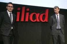 Maxime Lombardini (à droite), directeur général d'Iliad et Thomas Reynaud, directeur financier. Le groupe a continué de conquérir de nouveaux abonnés dans le mobile à un rythme soutenu au deuxième trimestre, ce qui lui permet d'afficher une hausse de 40% de son résultat opérationnel sur l'ensemble du premier semestre et une part de marché dans le mobile de plus de 10%. /Photo prise le 19 mars 2013/REUTERS/Charles Platiau
