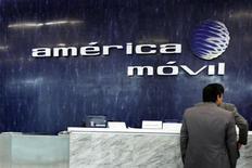 America Movil a menacé vendredi de renoncer à son offre d'achat de 7,2 milliards d'euros sur l'opérateur télécoms néerlandais KPN, après l'annonce par une fondation actionnaire de ce dernier de sa volonté d'opposer son veto au projet si le prix n'est pas relevé. /Photo prise le 13 février 2013/REUTERS/Edgard Garrido