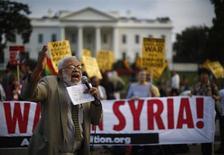 O manifestante Ashraf El-Bayoumi grita contra um ataque militar contra a Síria durante um protesto contra a Casa Branca em Washington. 29/08/2013 REUTERS/Jason Reed