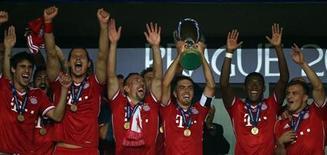 Jogadores do Bayern de Munique levantam troféu da Supercopa da Europa após vitória sobre o Chelsea nos pênaltis nesta sexta-feira. REUTERS/Petr Josek