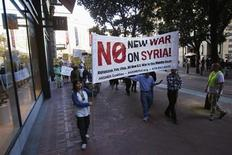 Manifestantes marchan en oposición a la propuesta intervención militar contra Siria en San Francisco, California. 29 de agosto, 2013. La mayoría de los estadounidenses aún no quiere que su país intervenga en la guerra civil de Siria, aunque el apoyo para una acción semejante aumentó desde que ocurrió un supuesto ataque con armas químicas cerca de Damasco la semana pasada, según un sondeo de Reuters/Ipsos. REUTERS/Stephen Lam (ESTADOS UNIDOS - POLITICA CONFLICTO)