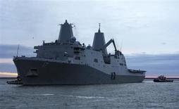 """FOTO DE ARCHIVO: El buque de transporte anfibio USS San Antonio sale del puerto naval en Norfolk, Norfolk, Virginia. 21 de octubre, 2012. Un sexto buque de guerra de Estados Unidos está operando ahora en el este del Mar Mediterráneo, cerca de cinco destructores armados con misiles crucero que podrían ser pronto dirigidos contra Siria como parte de un ataque """"limitado, preciso"""", dijeron funcionarios de Defensa en la noche del viernes. REUTERS/James DeAngio/ARMADA EEUU/Distribución (ESTADOS UNIDOS - MILITAR) SOLO PARA USO EDITORIAL. NO DISPONIBLE PARA LA VENTA NI PARA CAMPAÑAS DE MARKETING O PUBLICIDAD. ESTA IMAGEN HA SIDO PROVISTA POR UNA TERCERA PARTE Y ES DISTRIBUIDA EXACTAMENTE COMO LA RECIBIO REUTERS, COMO UN SERVICIO A SUS CLIENTES"""