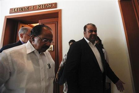 Iranian Oil Minister Rostam Qasemi (R) walks with India's Oil Minister M Veerappa Moily after a meeting in New Delhi May 27, 2013. Qasemi is on a three-day visit to India. REUTERS/Mansi Thapliyal