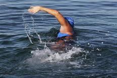 L'Américaine Diana Nyad a entamé samedi, à l'âge de 64 ans, une nouvelle tentative de traversée à la nage entre la capitale cubaine La Havane et Key West, en Floride, après avoir échoué lors de quatre précédentes tentatives. /Photo prise le 30 août 2013/REUTERS/Enrique De La Osa
