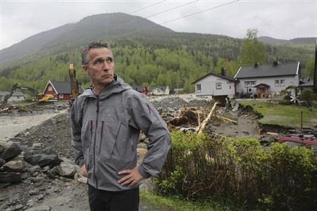 Norwegian Prime Minister Jens Stoltenberg visits Kvam, a flooded area, in central Norway May 23, 2013. REUTERS/Geir Olsen/NTB Scanpix