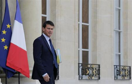 France's Interior minister Manuel Valls leaves after a Defence Council meeting at the Elysee Palace in Paris, August 28, 2013. REUTERS/Christian Hartmann